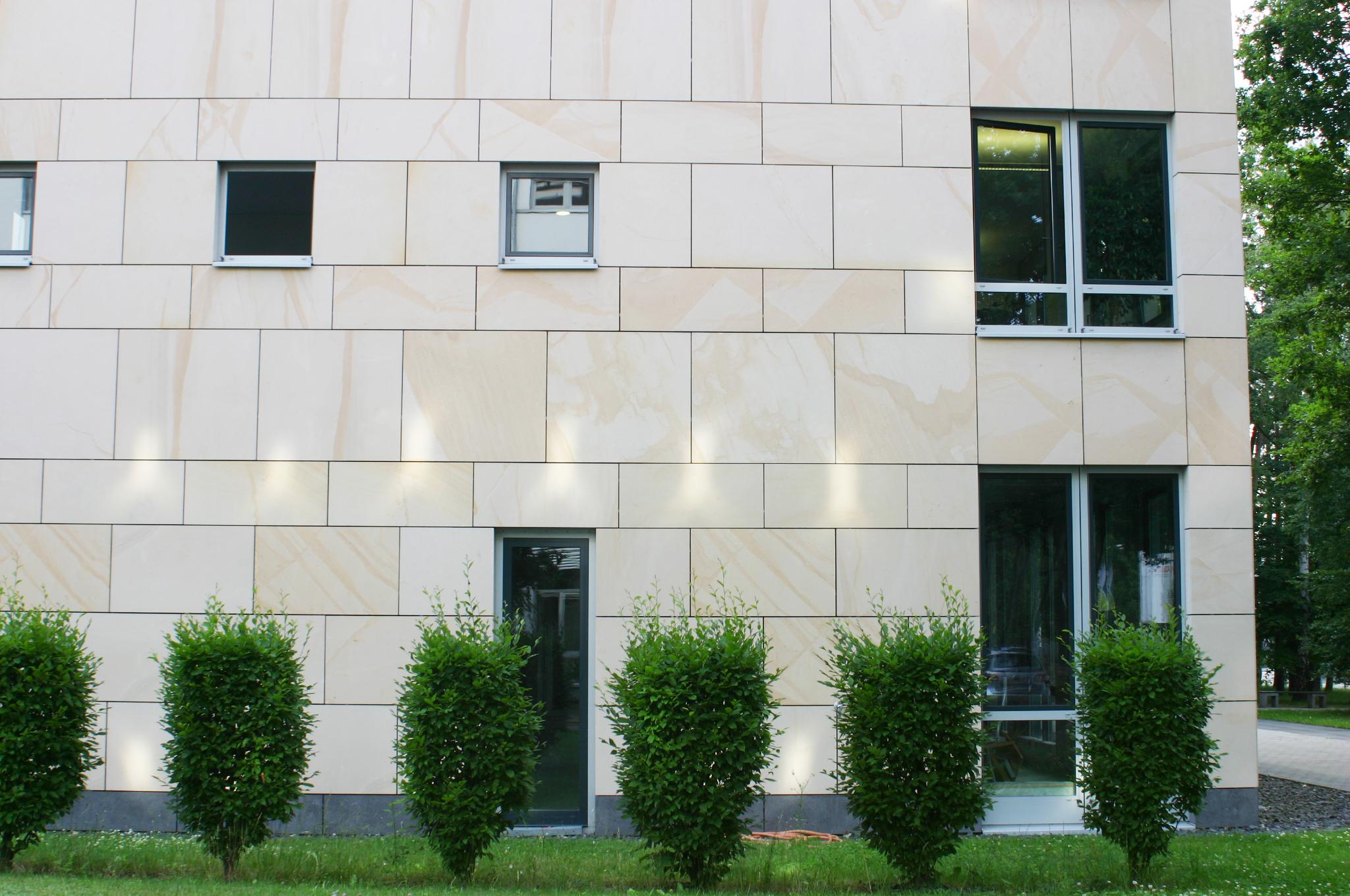 Sandsteinfassade Nebeneingang Hugenottenallee Neu-Isenburg