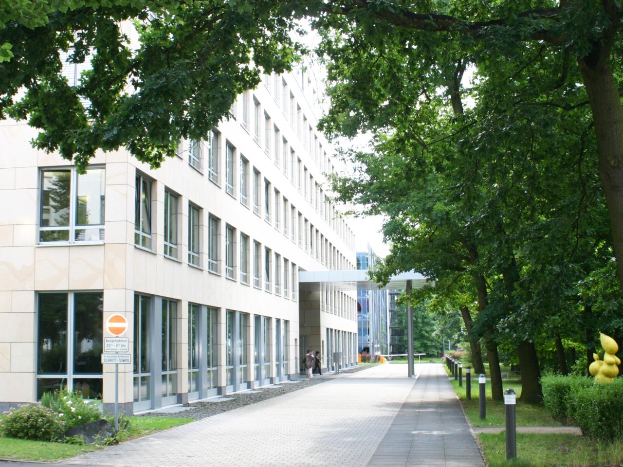 Hauptfassade Bürogebäude Hugenottenallee Neu-Isenburg